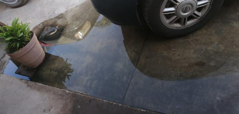 Vecinos de San Isidro truenan contra la Japama por drenajes colapsados