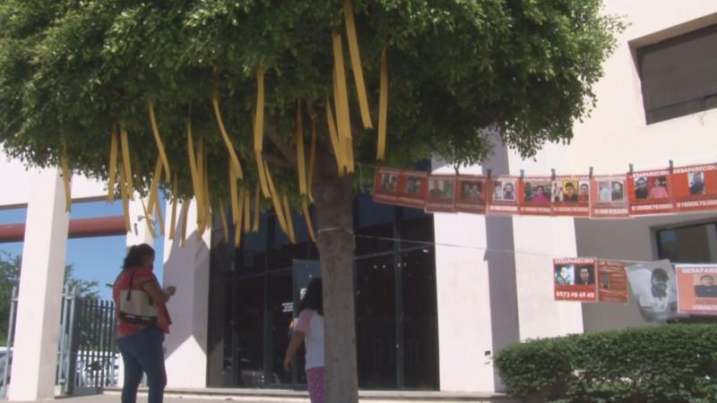Adornan árbol de la FGE con listones por desaparecidos de Sinaloa