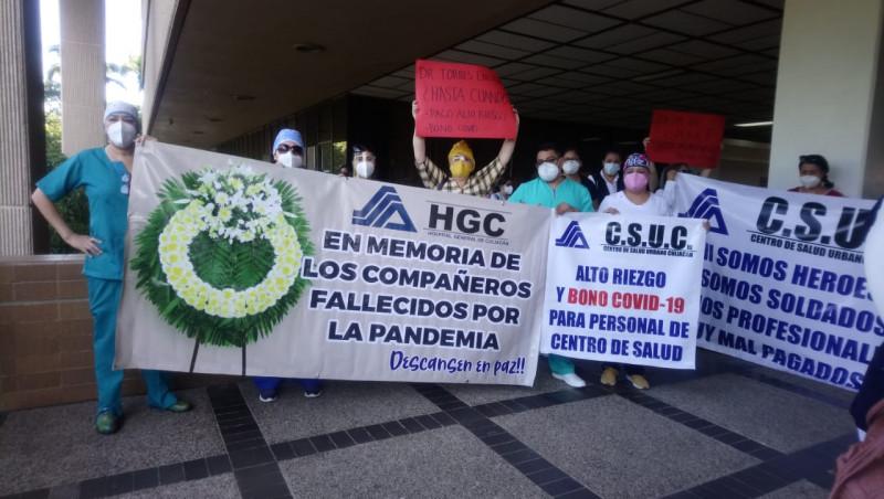 Bajo protestas y en medio de manifestaciones trabajan en el hospital general de Culiacán