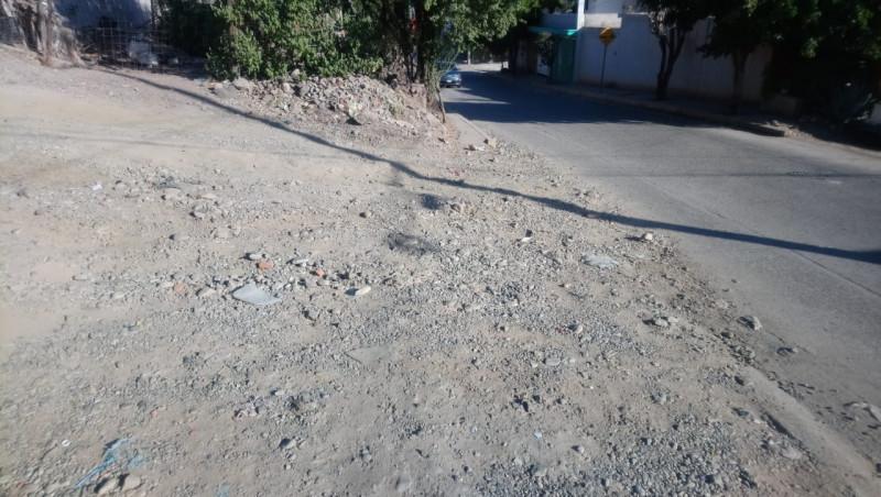 Con piedra suelta y desnivelada la calle Manuel de la Peña