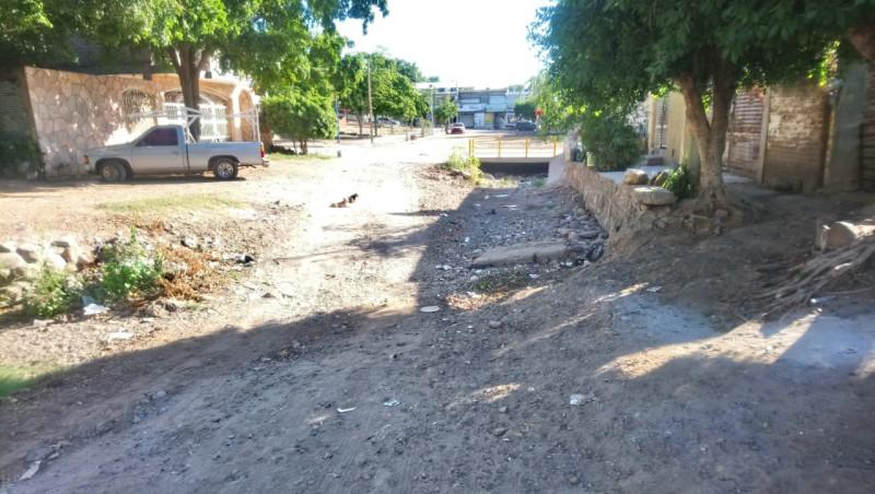 Arroyo con basura en la calle mina magistral