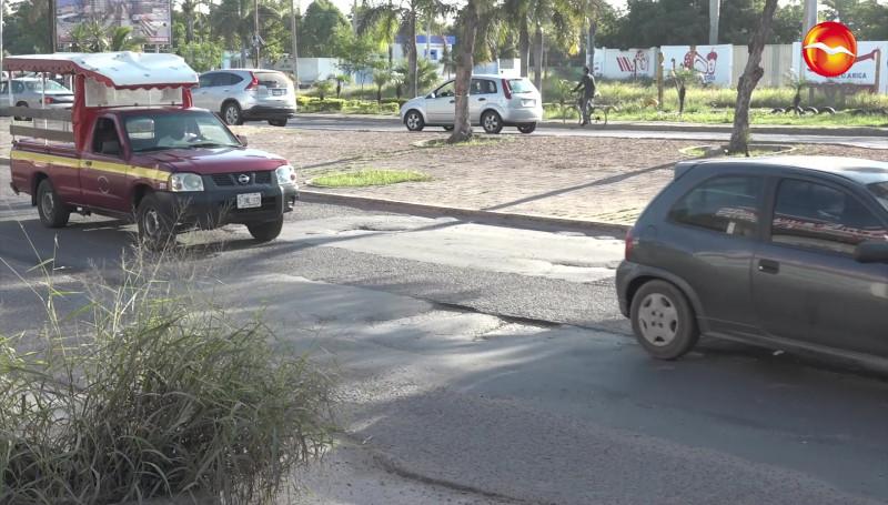 Prevalecen baches en la Avenida Gabriel Leyva