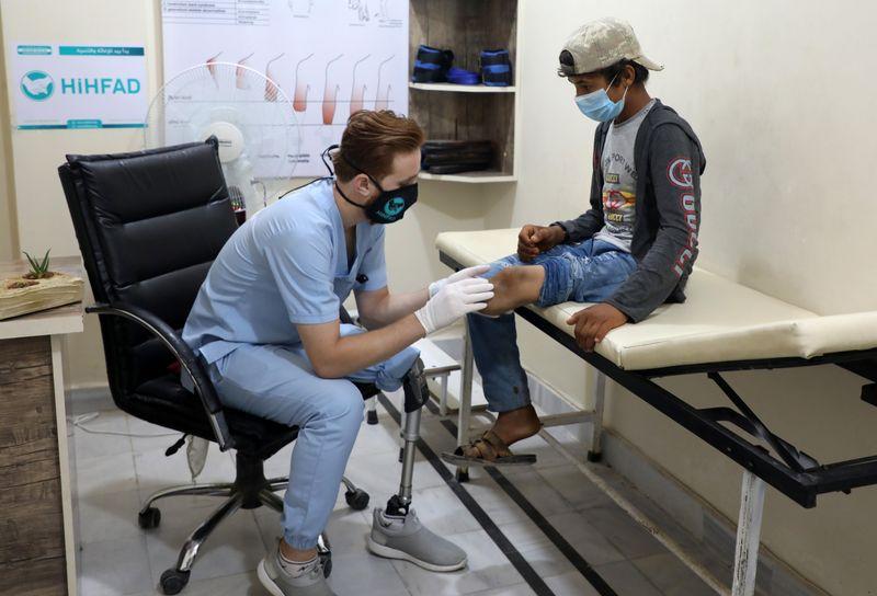 Un sirio al que la guerra le robó una pierna ayuda a otros a caminar