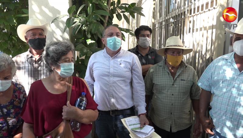 Agricultores se manifiestan en la CFE, exigen reconexión del servicio
