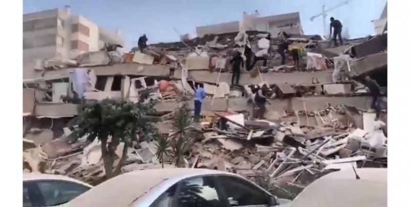 Video: captan edificio derrumbándose en Grecia y tsunami en Turquía por sismo de 6.8 grados