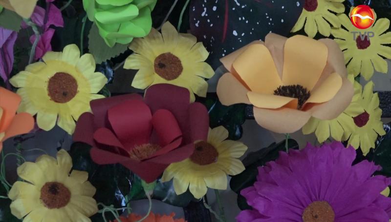 Flores de papel toda una tradición en Día de Muertos