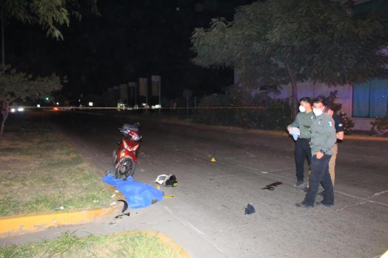 Atropella a motociclista y huye del lugar