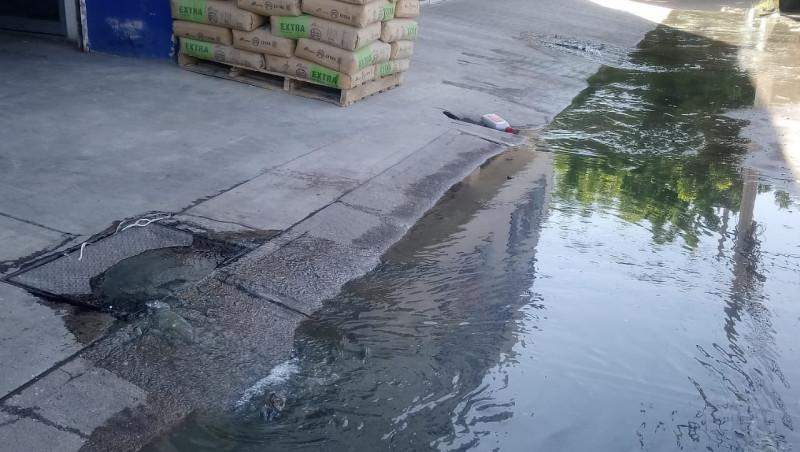 Brota fuente de aguas negras sobre la avenida Revolución