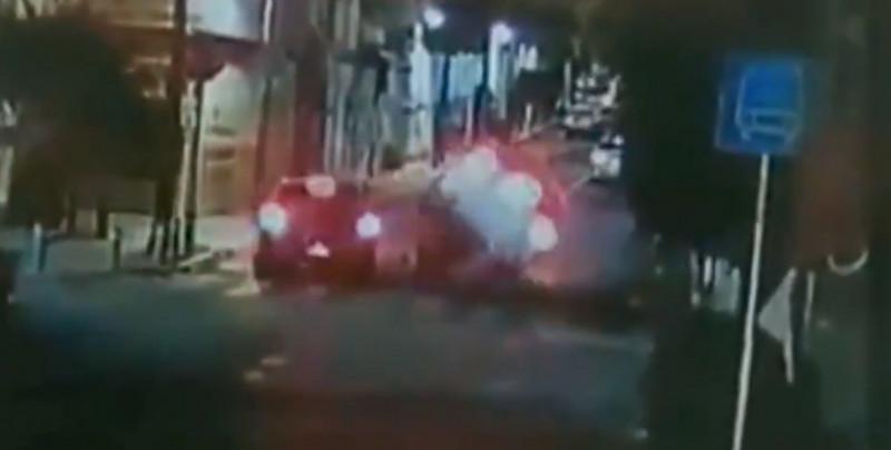 Captan a automovilista de CDMX que se brinca un tope a exceso de velocidad y arrolla a motociclista