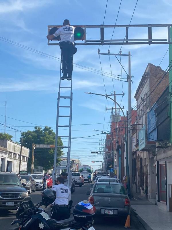 Tránsito de Culiacán arregla semáforo