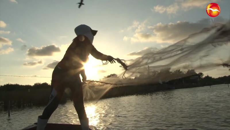 Las mujeres también participan en la pesca