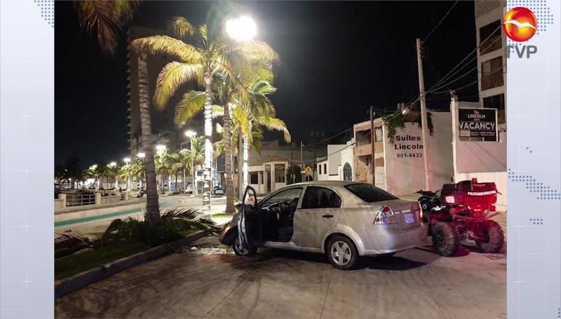 Automóvil choca contra una palmera, sobre el Paseo Claussen