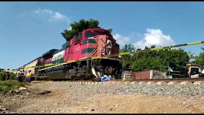Muere motociclista arrollado por el tren
