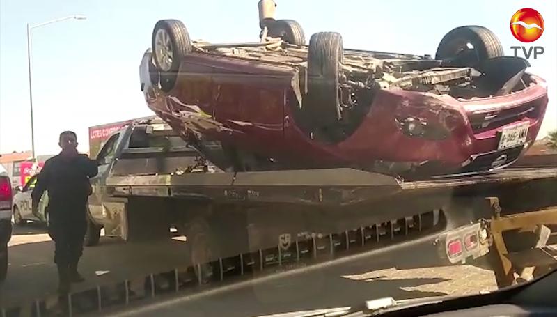 Vuelca automóvil en puente de la Marina