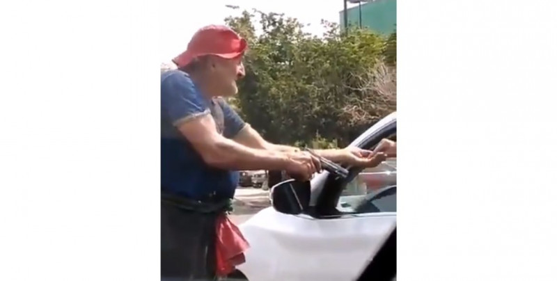 """Video: En Michoacán """"Chano"""" te pide limosna a punta de pistola"""