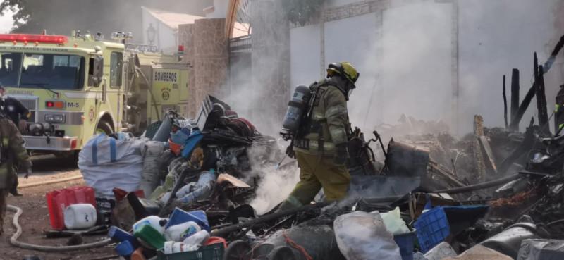 Se incendia domicilio en El Ranchito: se almacenaba material de plástico
