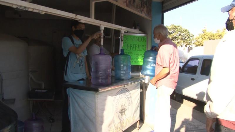 Largas filas para comprar agua en Cajeme