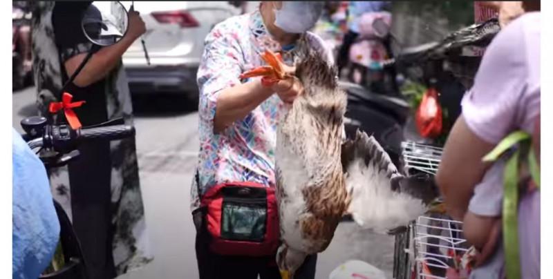 Graban el mercado de animales de Wuhan: no ha cambiado desde el inicio del brote de Covid-19