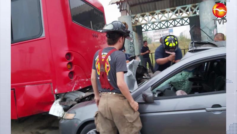Automóvil se estrella contra camión foráneo