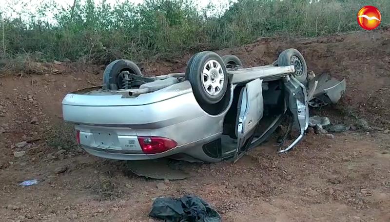 Vuelca automóvil en la colonia Felipe Ángeles