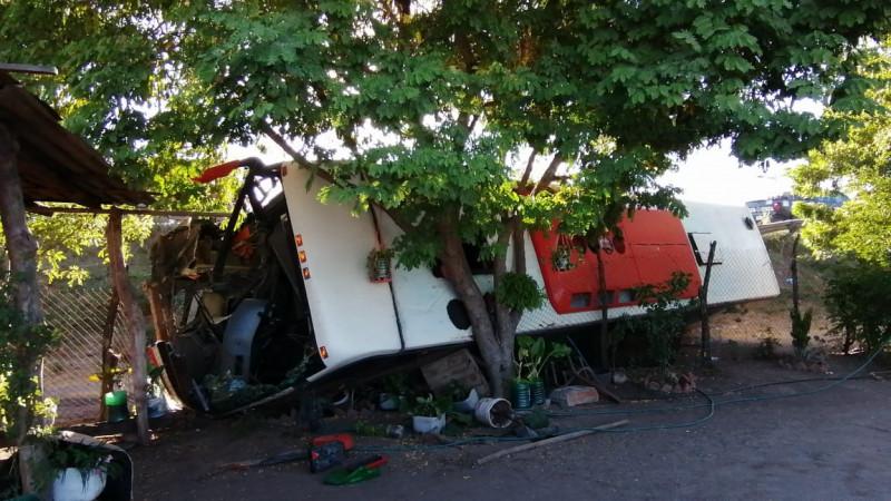 Volcadura en Los Becos deja un herido de gravedad