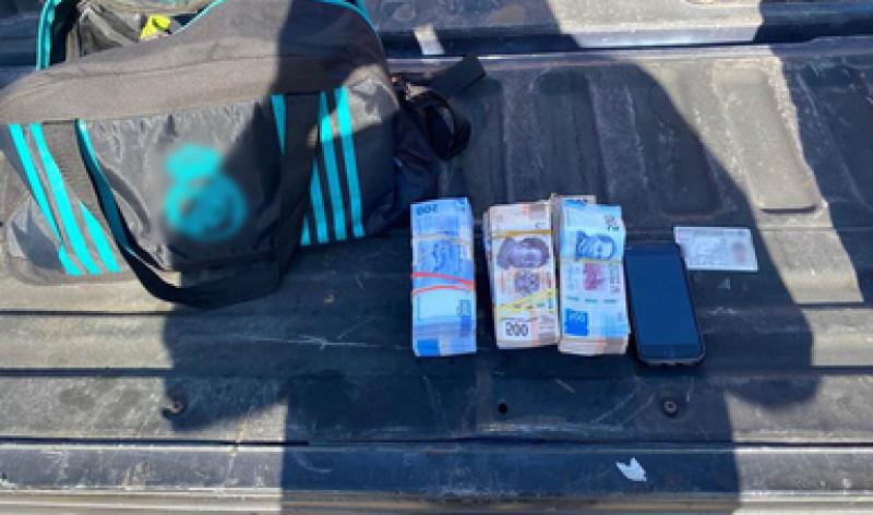 Pasajero de autobús es detenido por no acreditar la legalidad de 400 mil pesos