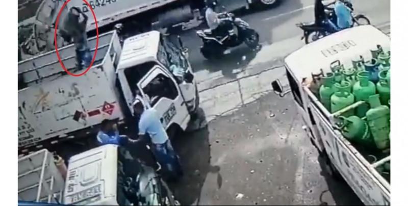 Épico: hombre frustra asalto al lanzarle tanque de gas a delincuente