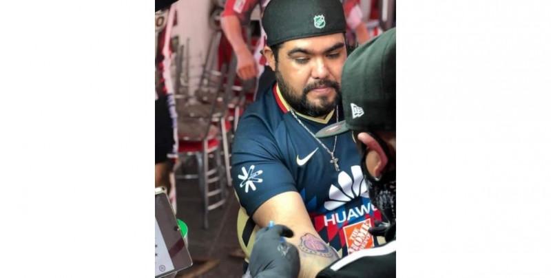 Americanista cumple su palabra y se tatúa el escudo de las Chivas después de que su equipo perdiera el clásico