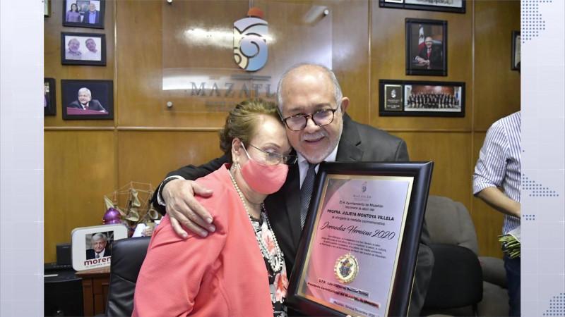 Condecoran a Julieta con la medalla Jornadas Heroicas 2020