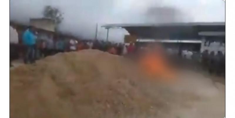 Cientos de chiapanecos sacan de la cárcel a dos presuntos asesinos y los queman vivos
