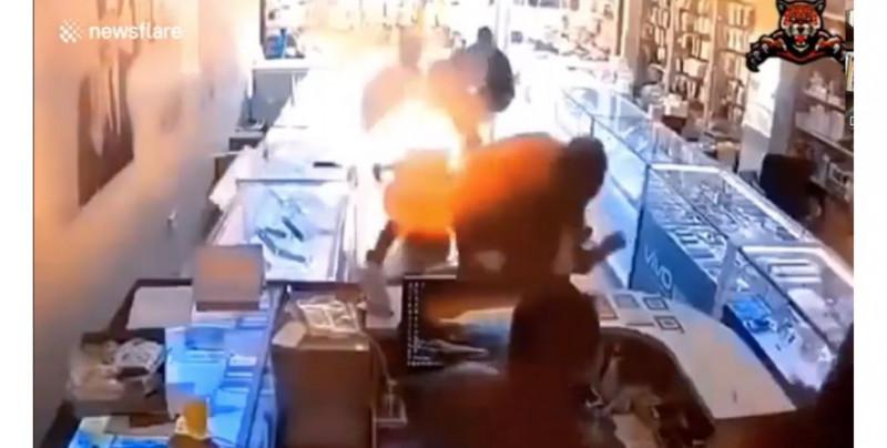 Video: celular le explota a hombre en la cara mientras intenta cambiar una batería que le compró por internet