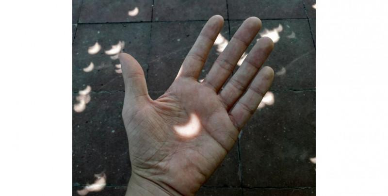 Te mostramos las fotos y videos del eclipse total de sol que oscureció Chile y continuará por Sudamérica este lunes