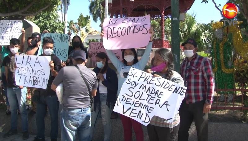Ambulantes se manifiestan a las afueras del Palacio Municipal