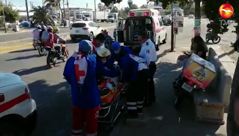 Por rebasar por la banqueta a camión, motociclista se impacta contra banca