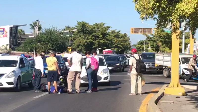 Automóvil arrolla a ciclista que intentaba cruzar la calle