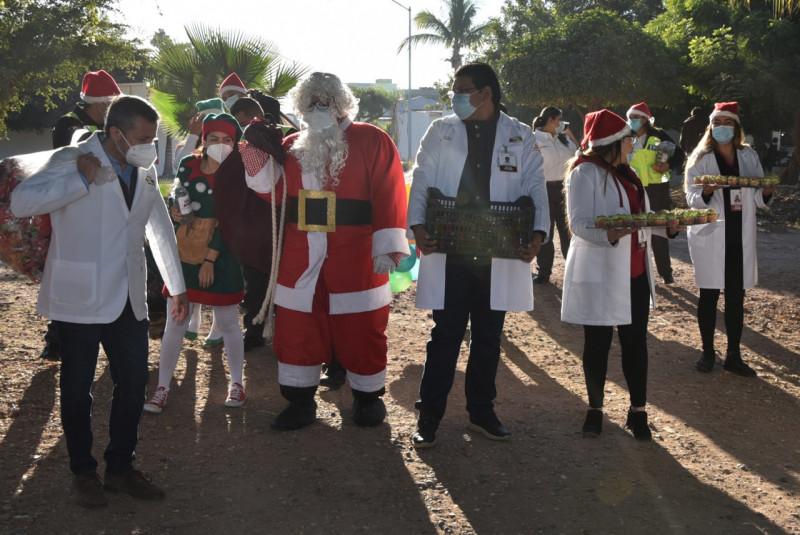 Paramédicos de SUMMA llevan regalos a niños de la Colonia Diana Laura