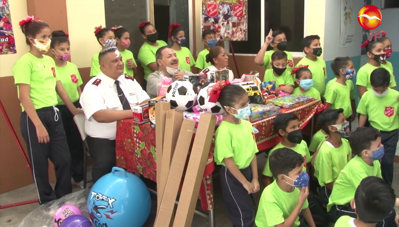 Julio Preciado entrega juguetes y ropa a niños