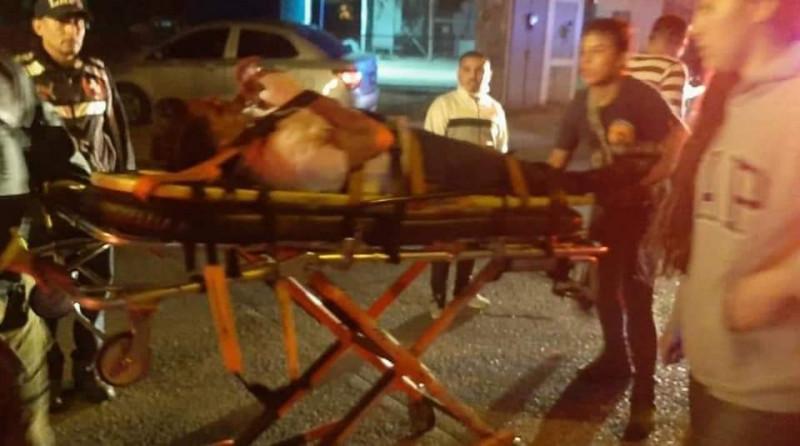 Hombre resulta lesionado tras caer en su camioneta a un canal pluvial