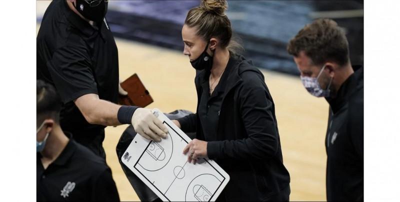 Becky Hammon hace historia y se convierte en la primera mujer en dirigir un equipo de la NBA