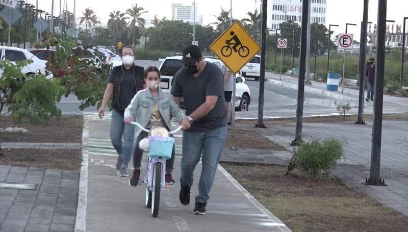 A tener cuidado con los niños y sus vehículos como bicicletas y patines