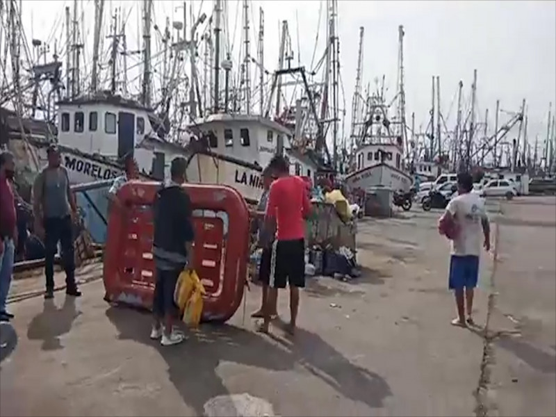 Rescatan a pescadores de embarcación incendiada