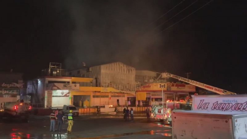 Durante tres horas bomberos de Culiacán logran sofocar fuego en el mercado de abastos