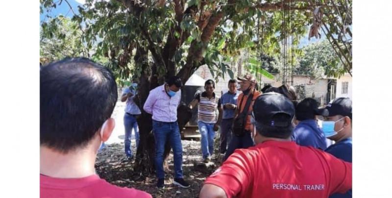 Amarran de árbol a alcalde chiapaneco por entregar obra en mal estado