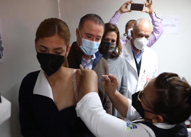 Daniela, primer enfermera en aplicarle la vacuna del COVID en Sinaloa
