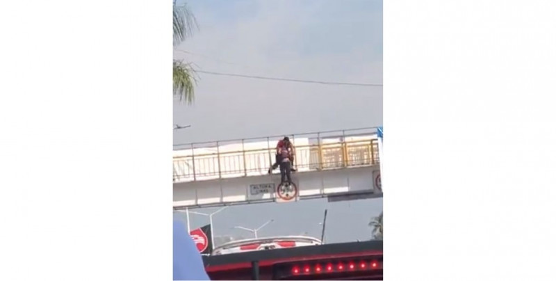 Graban momento en el que bombero evita que una mujer se lance de un puente peatonal