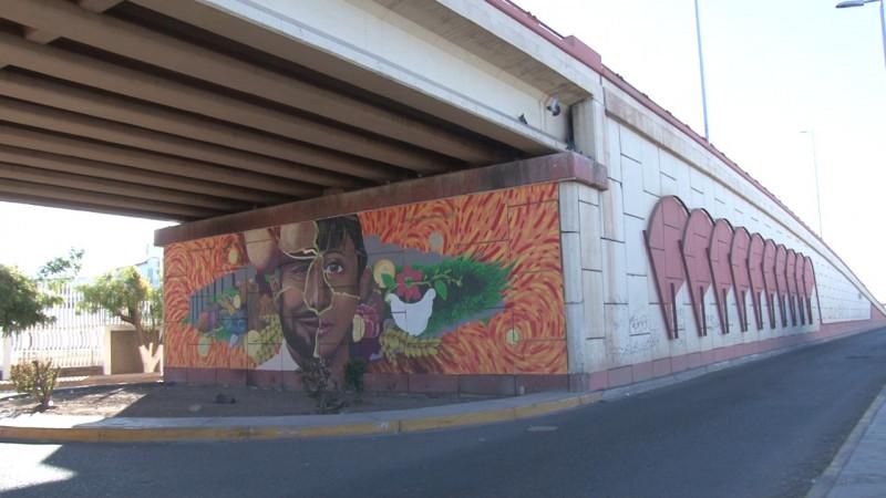 Embellecen puentes con murales.