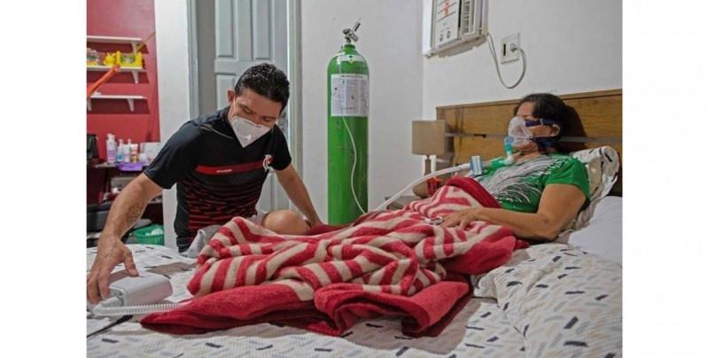 A falta de camas, Marco tuvo que armar una clínica en su casa para atender a su madre con Covid-19