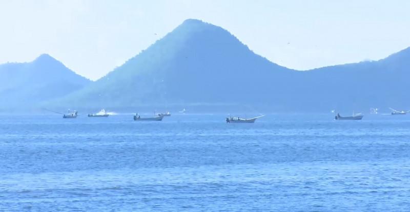 Rescatan a pescadores encallados en el mar