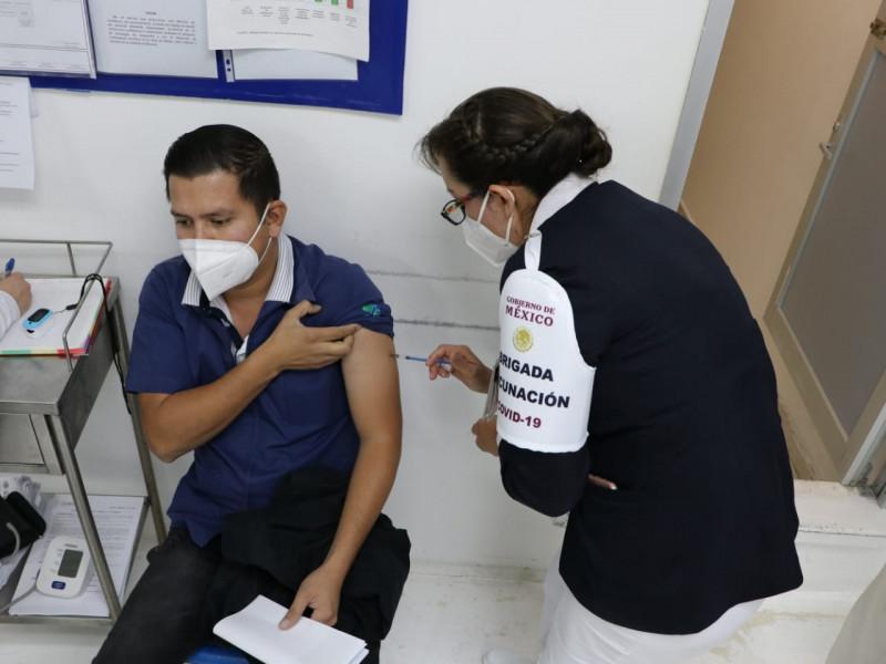 Médicos que no laboran en instituciones de salud serán vacunados