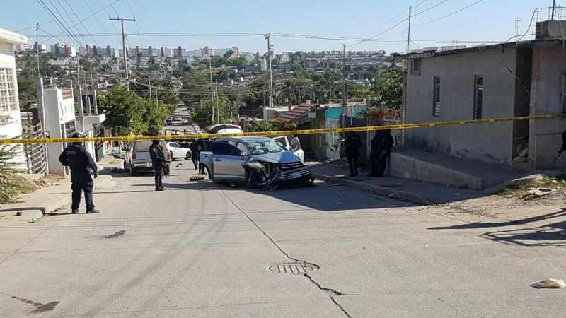 Grupo armado se hace perseguir y huye,  decomisan un vehículo así como un arma larga